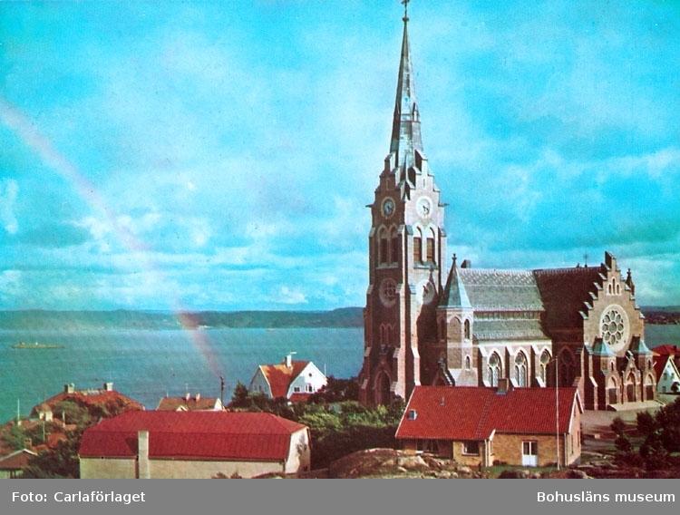 """Tryckt text på bildens baksida: """"Lysekil: Den vackra granitkyrkan."""" """"Carla-förlaget Lysekil, tel. 0523/10919, 10320""""."""