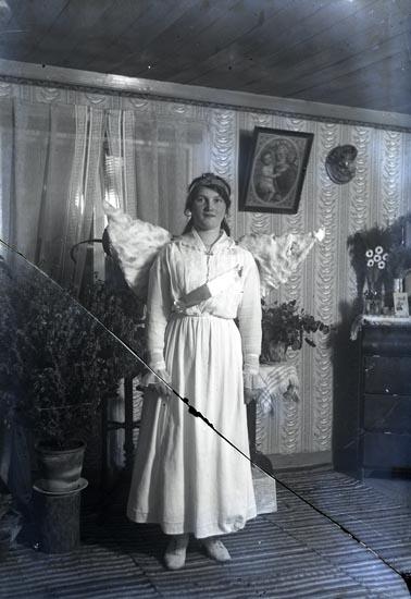 Troligen Olga Thulin, piga på Cederslund, utklädd till ängel