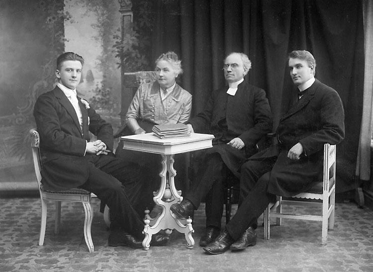 """Stämplat på kartongen: """"O. Östling, Kungl. Hoffotograf, Upsala. """"  Noterat bakpå: """"H - T 1913""""."""
