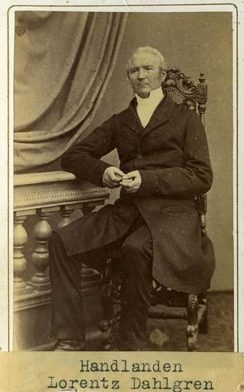 """Text på kortets baksida: """"Handl. Barnhusdiriktören Lorentz Dahlgren, f 22/12 1794 död 14/4 1865. Gift m. Carolina Barbara Zachau. F. 4/12 1797 d.1866. Dir. 1837-1848. 1852-1860""""."""
