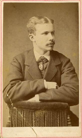 """Text på kortets baksida: """"Minne af Carl L. Olson den 12/8 1882""""."""
