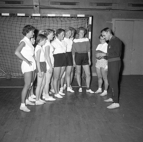 """Enligt notering: """"Handbollsdamer tränas i Idrottshallen U-a 19-9-55""""."""