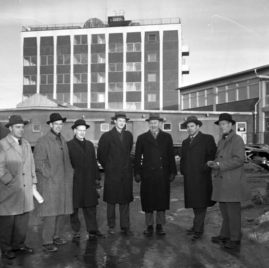 """Enligt notering: """"Gäster från Östersunds stad besöker den nya verkstadsskolan 3/2 -58""""."""