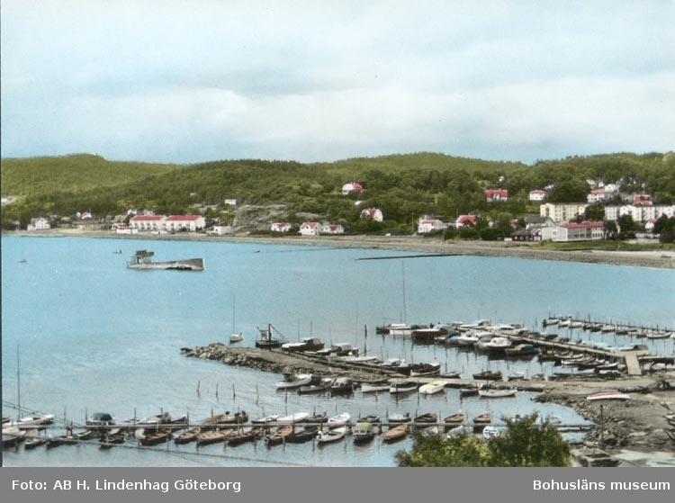 "Tryckt text på kortet: ""Ljungskile: Båtbryggan"". ""Förlag: Ljungskile Bok & Pappershandel""."