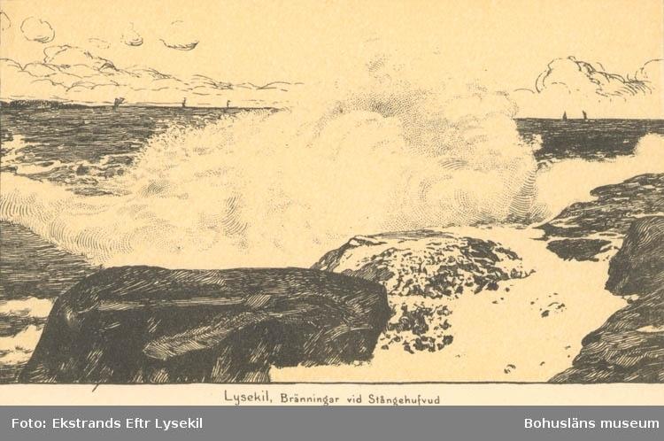"""Tryckt text på kortet: """"Lysekil. Bränningar vid Stångehufvud."""" """"Lysekils Pappers och Musikhandel (Gerd Ohlsson)."""""""