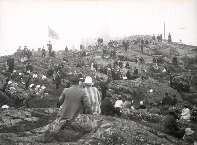 "Noterat på kortet: ""Lysekil. Fornminnessällskapet Vikarvets ting 1924.""  ""Foto (D69) Dan Samuelson 1924. Köpt av dens. Dec. 1958."""