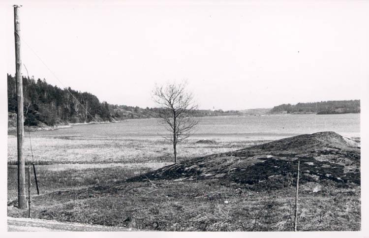 """Noterat på kortet: """"Grindsbyvattnet. Orust."""" """"Myckleby kyrka sedd från vägen Groröd- Vräland över Grindsbyvattnet."""""""