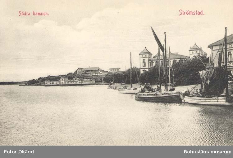 """Tryckt text på kortet: """"Södra Hamnen. Strömstad."""" """"Förlag: Frida Dahlgren, Garn- & Kortvaruaffär, Strömstad."""""""