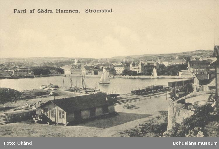 """Tryckt text på kortet: """"Parti af Södra Hamnen. Strömstad."""" """"Le Moine & Malmeström, Konstförlag, Göteborg."""""""
