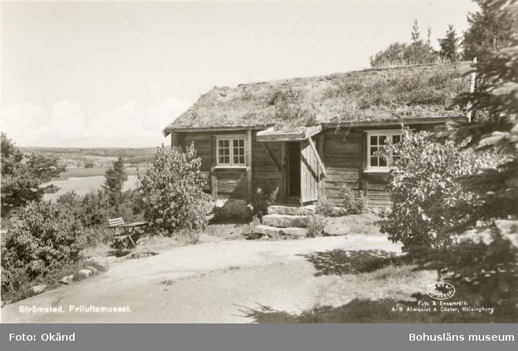"""Tryckt text på kortet: """"Strömstad. Friluftsmuseet."""" """"Foto & Ensamrätt: A/B Almqvist & Cöster, Hälsingborg."""""""