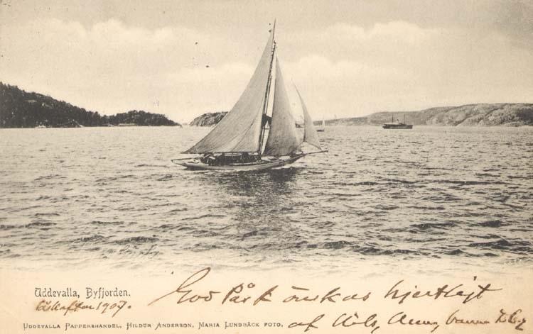 """Tryckt text på kortet: """"Uddevalla, Byfjorden."""" """"Uddevalla Pappershandel, Hildur Andersson."""""""