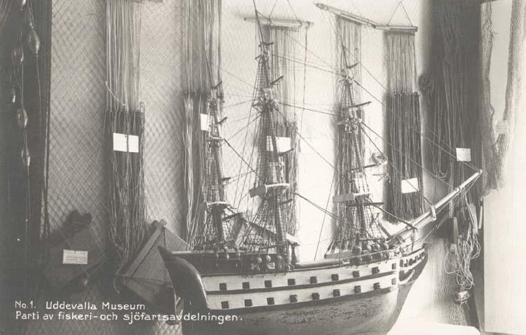 """Tryckt text på kortet: """"No 1. Uddevalla Museum. Parti av fiskeri- och sjöfartsavdelningen. Se föremålsdatabasen UM1069, Modell örlogsfartyg 1700-tal."""