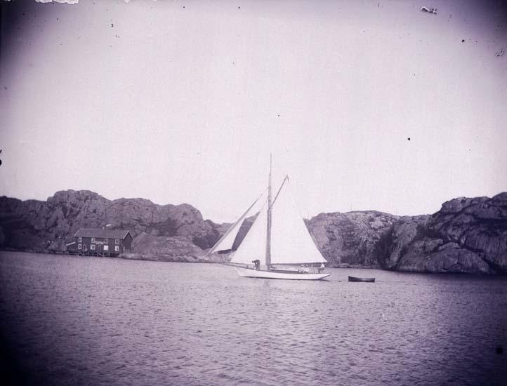 """Enligt text som medföljde bilden: """"Lunnevik. """"Fortuna"""" seglande för fyra segel 23/7 1899. Skaftörännan, insidan Skaftö."""""""