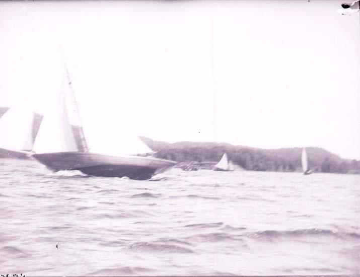 """Enligt text som medföljde bilden: """"Kappsegling"""" SSV:s utlottningsbåt före 1899 30/7 1899 Gustafsberg""""."""