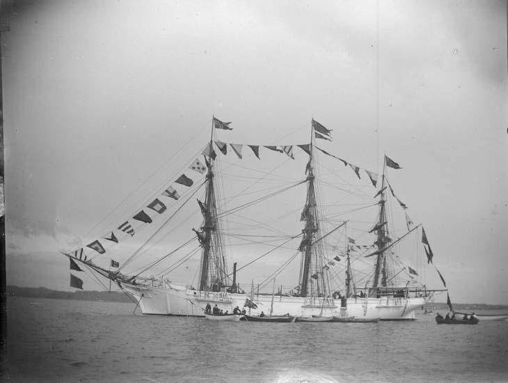 """Enligt text som medföljde bilden: """"Lysekil. Öfningsfartyget Najaden. Stor parad med anledning af prinsessan Margaretas födelse 25/6 1897."""""""