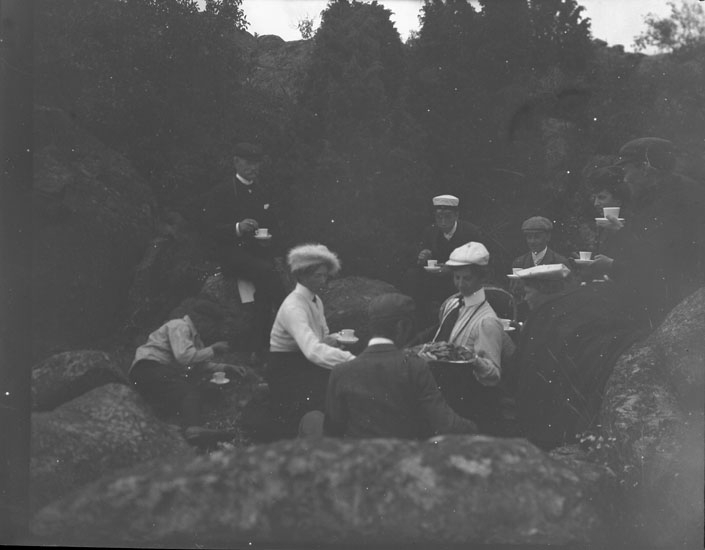 """Enligt text som medföljde bilden: """"Kaffe vid Skaftö Lind, Lysekil."""" ::"""