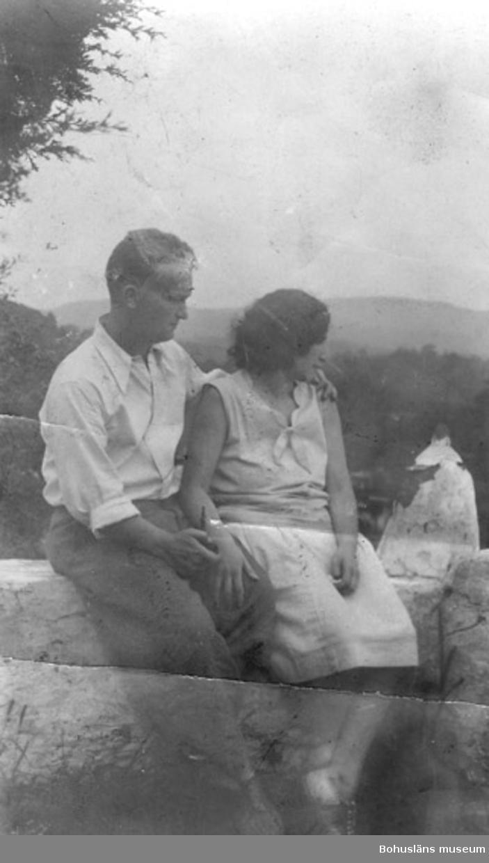 """Text på kortets baksida: """"Edvard """"Eddie"""" och hans fru, taget i USA. (Eddie barn-barn till Johannes Berntsson)."""