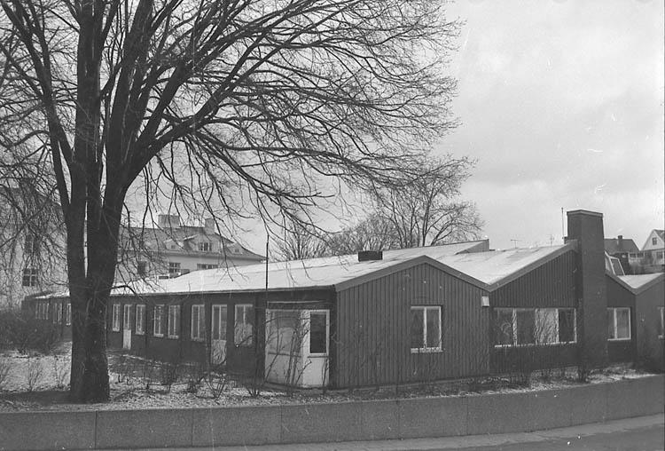 """Enligt fotografens notering: """"Lysekils sjukhus långvårdsavd. byggd 1965 sedan industri, 1992 vårdskola för landstinget""""."""