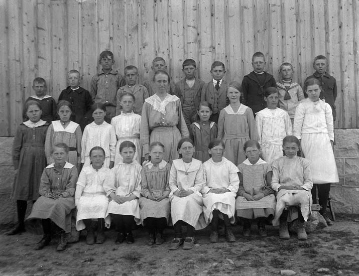 """Enligt notering: """"Skolklass, Knaxeröd skola""""."""