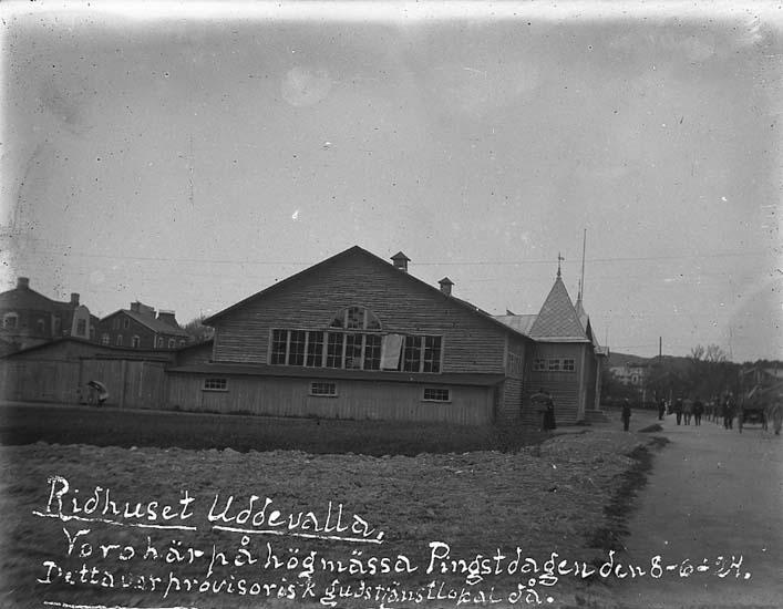 """Enligt text på fotot: """"Ridhuset Uddevalla. Voro här på högmässa Pingstdagen den 8-6-24. Detta var provisorisk gudstjänstlokal då"""":"""
