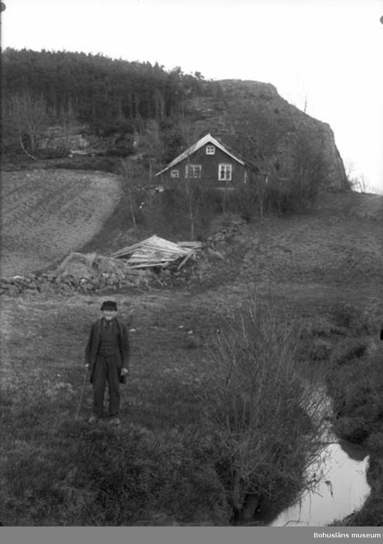 """Enligt fotografens noteringar: """"Kalle på kanalstuga Säleby, gick på dagsverke hos Organist Nygren och Fanjunkare Sahlberg Lycke omkring 1900-."""""""