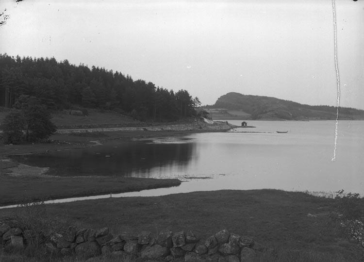 """Enligt fotografens noteringar: """"Kärs brygga. Högås socken där en gång Bengt Sahlberg bodde med sin maka, far till Johan Erik Sahlberg."""""""