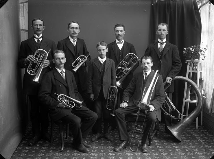 "Enligt fotografens noteringar: ""Munkedals Musikkår år omkring 1912. Bjurström Löfstrand Nilsson Oskarsson Nilsson."""