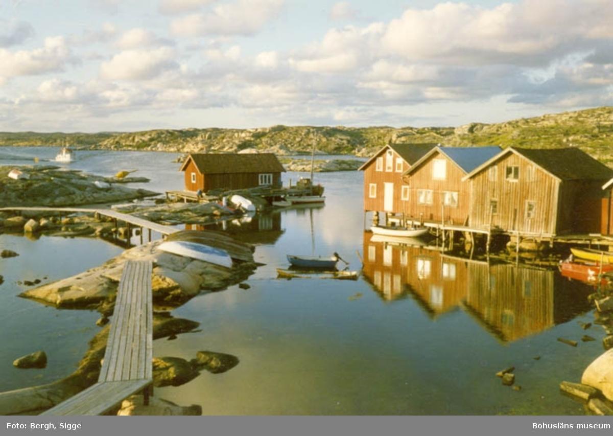 """Enligt text på fotot: """"Sjöbodar på Hasselösund Smögenön norra delen 1990""""."""