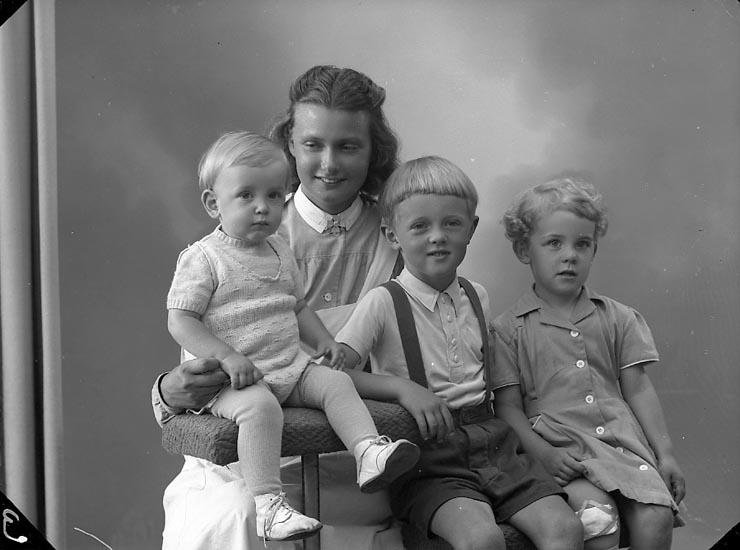 """Enligt fotografens journal nr 7 1944-1950: """"Augustsson, Fr. Ingrid Danag. 2 Gbg""""."""