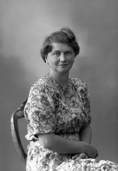 "Enligt fotografens journal nr 7 1944-1950: ""Kock, Fru Karin Stenungsund""."
