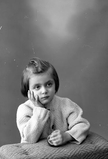 """Enligt fotografens journal nr 8 1951-1957: """"Gilg, Birgitte Björkhagen Här""""."""