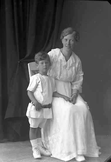 """Enligt fotografens journal nr 3 1916-1917: """"Berggren, Lisa Fru Kungelf""""."""