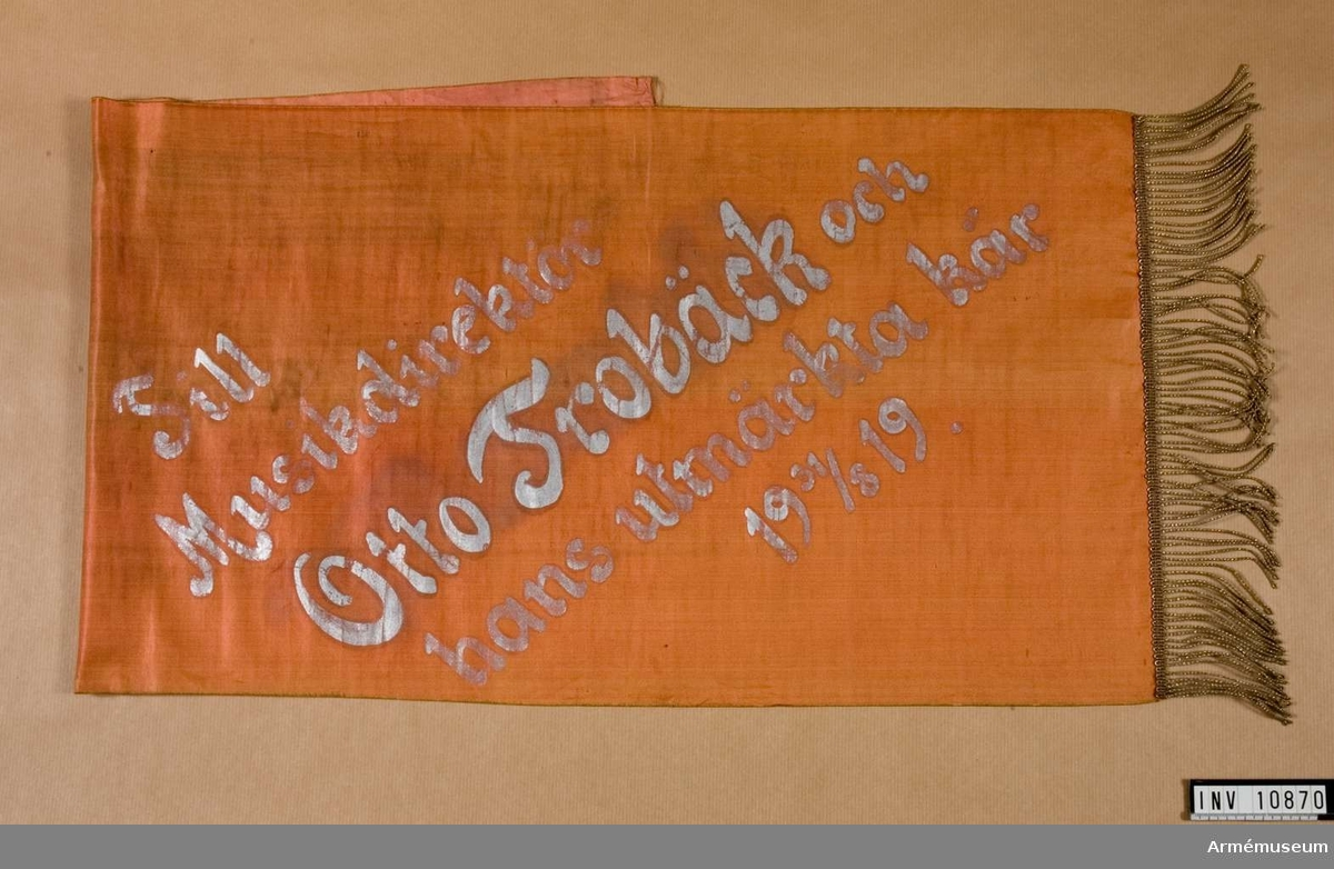 Grupp B III. 7 st. smalar band på egen rulle. En samling band tillhörande lagerkransar, överlämnade till Göta Livgardes musikkår, Göta Livgarde. Dep Göta  pansarlivgarde.1) Köpenhamn 1919, 2) Göteborg 1923, 3) Av Finlands Vita gardes musikkår 1928, 4) Av Finlands Vita gardes musikkår 1924, 5) Helsingfors, 6) Finland (utan datum), 7) Från Svenska musikförbundet och dess 8) styrelse 1927, 9) Från Hasselbackens publik 1919, 10) Från Hasselbackens publik 1915, 11) Från Svea livgardes musikkår, 12) Från Flottans musikkår.
