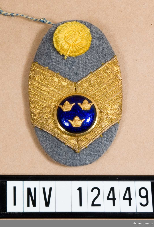 Grupp C I. Modell på mössmärke m gradbeteckning m/1914 för general med vederlikar till pälsmössa m/1909.  Från intendenturens modellkammare.