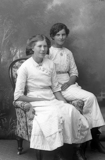 """Enligt fotografens journal Lyckorna 1909-1918: """"Gillberg, Gertrud Lyckorna""""."""