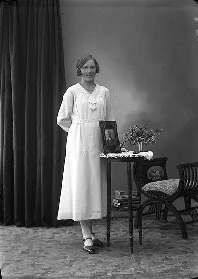 """Enligt fotografens journal nr 6 1930-1943: """"Berntsson, Margot Dälene, Svenshögen""""."""