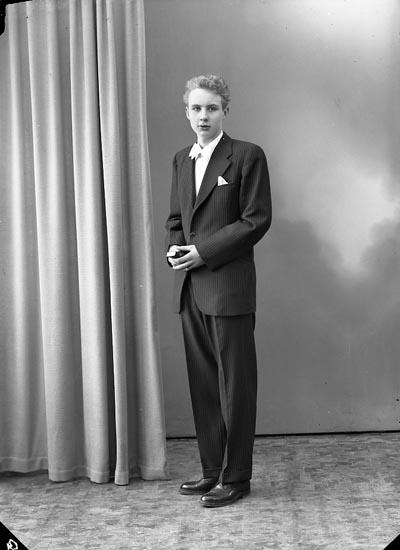 """Enligt fotografens journal nr 8 1951-1957: """"Andersson, Hans Stenung Stenungsund""""."""