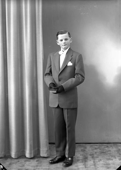 "Enligt fotografens journal nr 8 1951-1957: ""Alfredsson, Claes Hallerna Stenungsund""."
