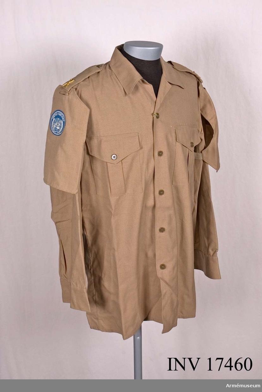 Grupp C I. Ur tropikuniform m/1961 bestående av skjorta, shorts, kravatt, livrem, strumpor, skor och basker.