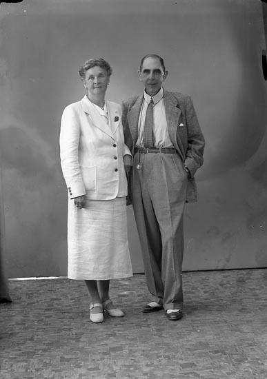 """Enligt fotografens journal nr 7 1944-1950: """"Hartvig, Herr o Fru Solgården Här""""."""