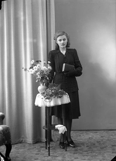 """Enligt fotografens journal nr 7 1944-1950: """"Eriksson, Elisabeth Gåre Spekeröd""""."""