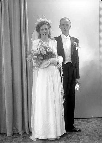 """Enligt fotografens journal nr 7 1944-1950: """"Larsson, Herr Hugo Askum Todderöd""""."""