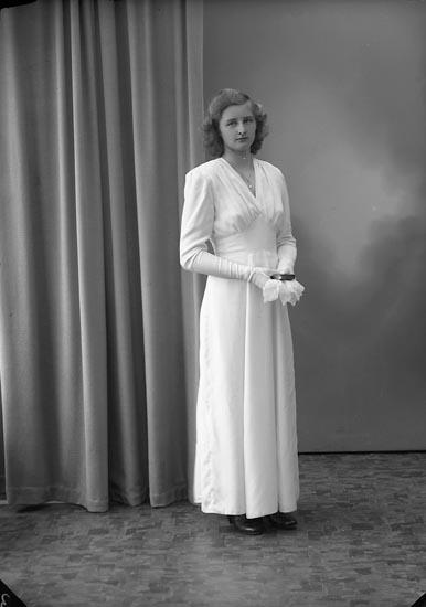 """Enligt fotografens journal nr 7 1944-1950: """"Josefsson, Ulla-Britt, Torp Här""""."""