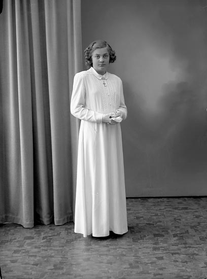 "Enligt fotografens journal nr 7 1944-1950: ""Ruth, Rose-Marie, Strandnorum""."