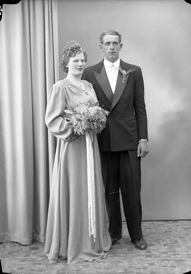 """Enligt fotografens journal nr 7 1944-1950: """"Lindgren, Herr Egon Angrimseröd Svanesund""""."""
