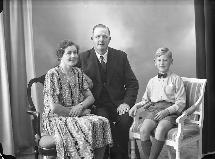 """Enligt fotografens journal nr 7 1944-1950: """"Olsson, Herr A. Röd Ödsmål""""."""