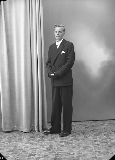 """Enligt fotografens journal nr 7 1944-1950: """"Johansson, Elon Jordhammar Ödsmål""""."""
