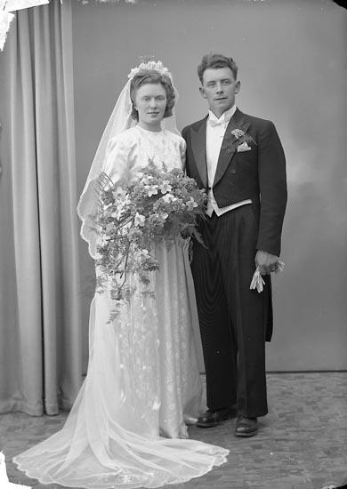 """Enligt fotografens journal nr 7 1944-1950: """"Berntsson, Herr Karl Ivar Mollesund""""."""
