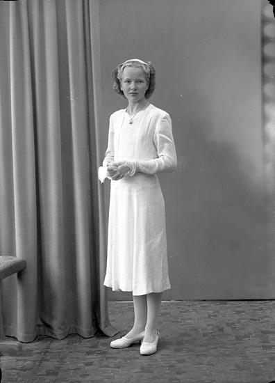 """Enligt fotografens journal nr 7 1944-1950: """"Adolfssson , Gunvor Sandbacken Ucklum""""."""