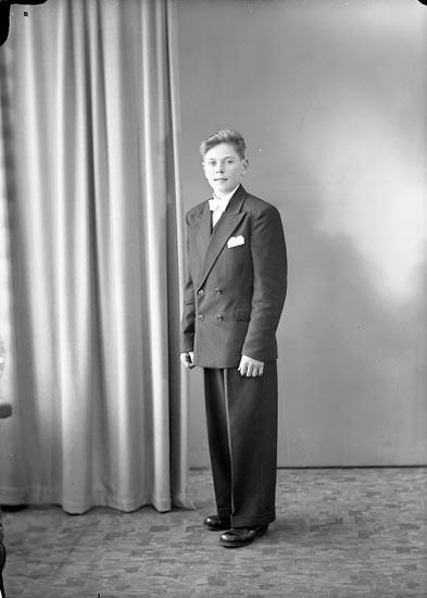 """Enligt fotografens journal nr 7 1944-1950: """"Olsson, Arnold, Reolseröd, Svanesund""""."""